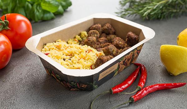 Umweltfreundliche Menüschale gefüllt mit Reis und Fleisch