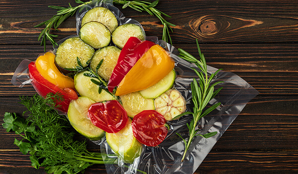 Im Siegelrandbeutel vakuumverpacktes Gemüse
